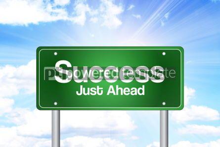 Business: Foto - sucesso logo adiante conceito de negócio de sinal de estrada verde #02211
