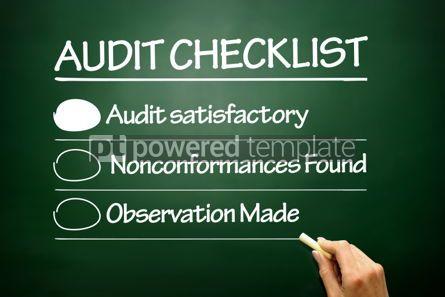 Business: Foto grátis - entregue o conceito tirado do negócio da lista de verificação da auditoria no quadro-negro #02697