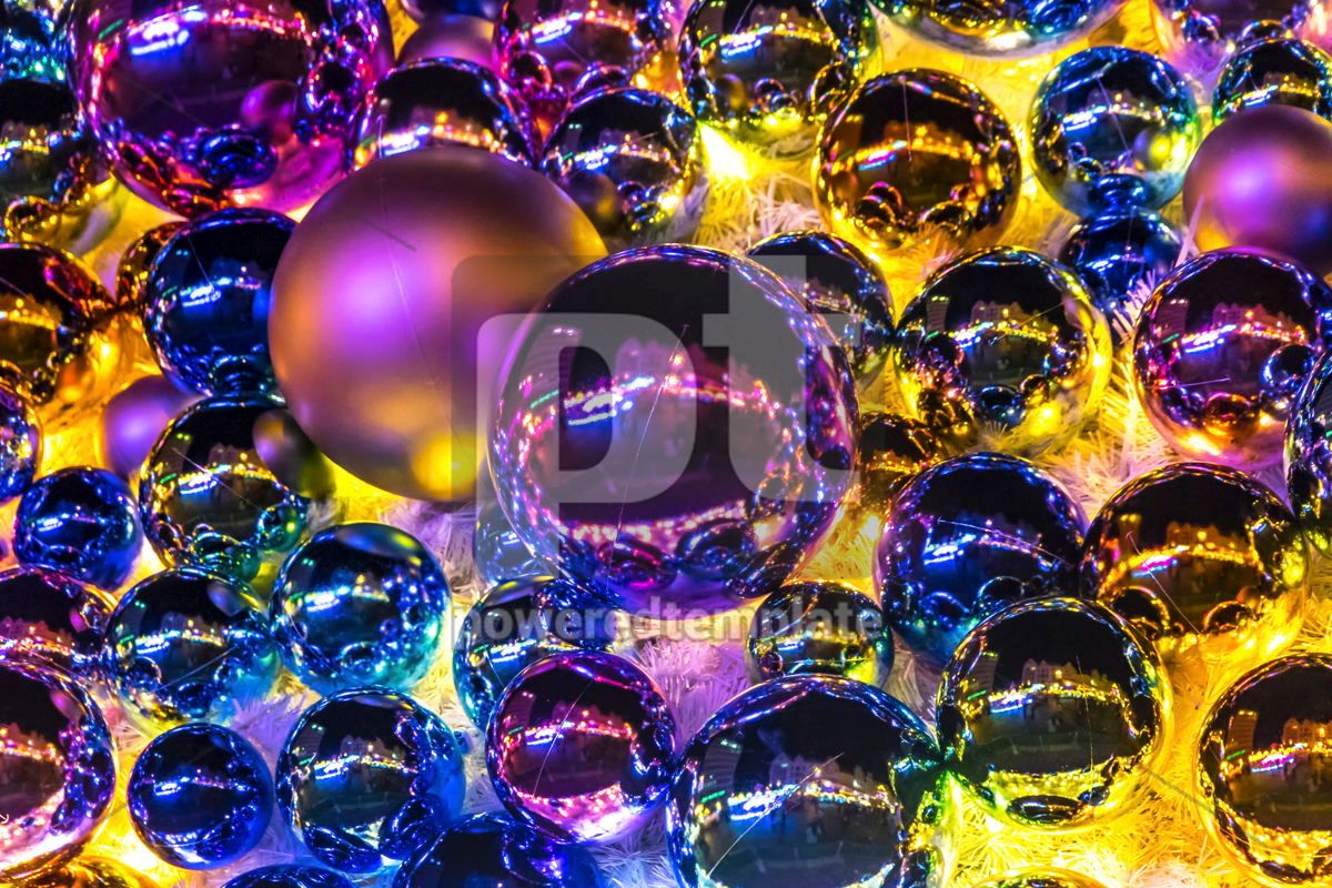 Close-up Christmas New Year baubles on a Christmas tree, 05549, Holidays — PoweredTemplate.com