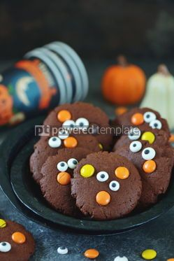 Food & Drink: Homemade Chocolate Chip Cookies whith spooky candy eyes for Halloween Party #14182
