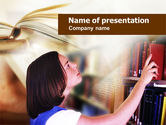 Education & Training: Modello PowerPoint - Ragazza in biblioteca #00942