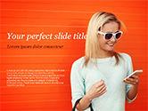 People: Templat PowerPoint Wanita Cantik Tersenyum Dengan Smartphone #15223