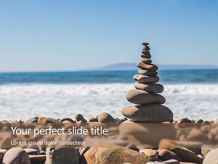 Religious/Spiritual: 光滑的石头被折叠的金字塔在海滨的免费PowerPoint模板 #15810