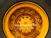 Cars and Transportation: タイヤと黄色の車両ホイールのクローズアップ写真 - 無料PowerPointテンプレート #15822