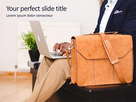 Business Concepts: 使用笔记本的人在棕色皮革公文包旁边PowerPoint模板 #15832