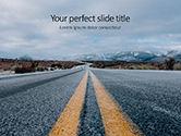 Cars and Transportation: 山に続く道路の低ビュー - PowerPointテンプレート #15839
