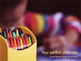 Education & Training: Modelo de PowerPoint Grátis - crayons em caixa amarela ao lado da criança #15877