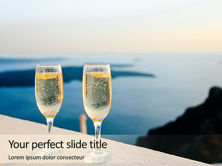 Food & Beverage: Modello PowerPoint - Due bicchieri di prosecco contro un mare #15892
