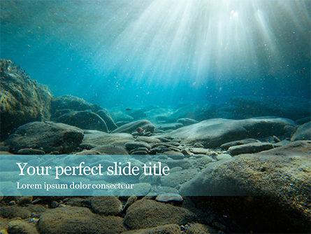Nature & Environment: Plantilla de PowerPoint - rayos de sol bajo el agua con rocas en el fondo del mar #15932