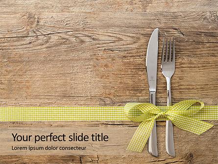 Careers/Industry: Modèle PowerPoint de couteau et une fourchette avec ruban cadeau sur une surface en bois #15993