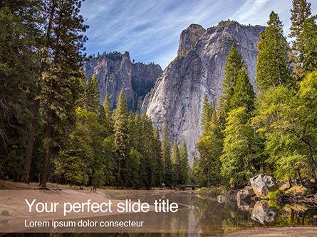 Nature & Environment: Modello PowerPoint Gratis - Fiume sotto le scogliere di yosemite #16002